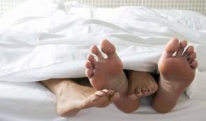 pies parejas-en-la-cama